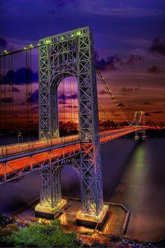 George Washington Bridge at night, New York. Il traverse l'Hudson River et relie Washington Heigts au nord de Manhattan, à Fort Lee dans le New Jersey. Mis en service en 1931 agrandi en 62, le GW est le seul pont au monde à compter 14 voies.
