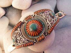 Pulsera etnica artesanal  hecha de Coral, Turquesas y aleacion de plata, procedente de Nepal.  Tiene un diametro de 5,5 cm. y mide 5 cm. de ancha.  Precio: 90 Euros