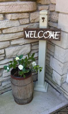 Simple Hanging Wooden Welcome Sign Shabby Chic Farmhouse, Country Farmhouse Decor, Shabby Chic Kitchen, Shabby Chic Homes, Shabby Chic Decor, Farmhouse Design, Country Crafts, Country Patio, Modern Farmhouse