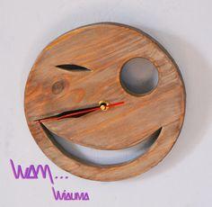 """Horloge murale smiley """"clin d'oeil"""" en bois massif : Décorations murales par w-a-m"""