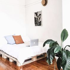 Who's ready for the weekend? We hope ours looks a little something like this! LOVE this room via Cozy Bedroom, Dream Bedroom, Home Decor Bedroom, New Room, Apartment Living, Interior Design Living Room, Room Inspiration, Decoration, Furniture