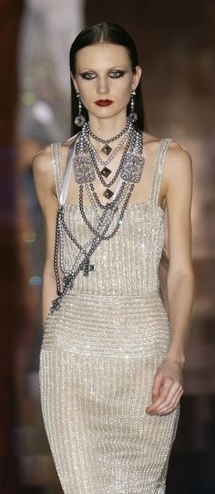 Valentino at Couture Spring 2003 - StyleBistro Runway Fashion, High Fashion, Fashion Beauty, Fashion Outfits, Womens Fashion, Urban Fashion, Fashion Trends, Haute Couture Style, Valentino Couture