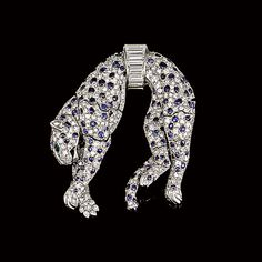 Clip Panthère en diamants, émeraudes et saphirs. Cartier Paris, vers 1950. Provenant de la Collection De Daisy Fellowes.