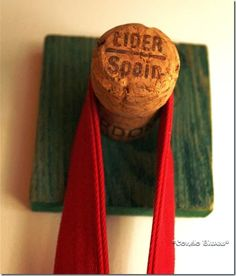 21 Wine Cork Crafts You'll Actually Use - Feeling Crafty - unique crafts Wine Craft, Wine Cork Crafts, Wine Bottle Crafts, Wine Cork Wreath, Wine Cork Art, Wine Corks, Wine Cork Projects, Craft Projects, Champagne Corks