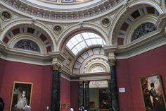 Nel 1942 la National Gallery di Londra ospita, nell'ambito di una delle sue mostre internazionali, le opere di Tadeusz Koper, scultore polacco che ha vissuto e lavorato a lungo nel territorio apuo-versiliese. www.musapietrasanta.it/content.php?menu=the_national_gallery_