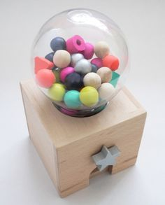 +3 años. Máquina expendedora de caramelos de madera.      Perfecto para estimular la psicomotricidad fina, empezar a contar  y clasificar por forma, color y tamaño.     Despierta la curiosidad y la exploración por las piezas, formas y colores empleando el juego simbólico.     Desarrolla la capacidad de contar, agrupar por características, organizar las bolas y ser cuidadoso a la hora de introducirlas de nuevo en la máquina.