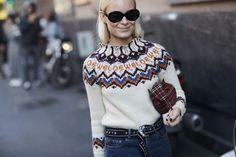 Loewe vuelve a ser el rey del street style, ahora con un (maravilloso) jersey de lana