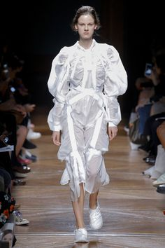 See all the Collection photos from Anrealage Spring/Summer 2018 Ready-To-Wear now on British Vogue Cute Fashion, High Fashion, Runway Fashion, Mens Fashion, Fade Styles, Fashion Details, Fashion Design, Fashion Week 2018, Fashion Show Collection