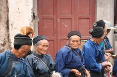 China Anshun - Naxi women waiting