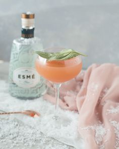 This Lady of Winterfell cocktail is a Game of Thrones inspired cocktail is perfect for a Game of Thrones party. This grapefruit and gin cocktail is muddled with basil to be a delightfully refreshing pink martini recipe. Craft Cocktails, Summer Cocktails, Party Drinks, Cocktail Drinks, Alcoholic Drinks, Beverages, Aperitif Drinks, Pink Gin Cocktails, Mezcal Cocktails