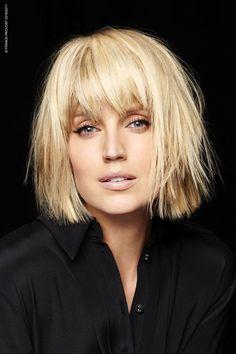 La coupe de cheveux au carré dit carré blaireau - Une coupe aux pointes effilées pour donner du mouvement à sa coiffure, ici avec une frange juste au ras des sourcils. /// #aufeminin #coiffure #coupedecheveux #cheveux #carré #blonde #frange #style