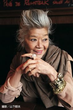 While recently presenting her Spring / Summer 2013 Collection at Japan Couture 2012 Singapore, Japanese designer Junko Shimada talked to BLOUIN ARTINFO about taking inspiration from Delacroix and injecting colors in wardrobe to brighten up one's day. Beautiful Old Woman, Beautiful People, Mode Ab 50, Advanced Style, Ageless Beauty, Grey Hair, White Hair, Style And Grace, Aging Gracefully