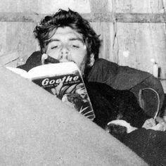 Che Guevara reading Goethe, while smoking a cigar Magnum Photos, Che Guevara Quotes, Pop Art Bilder, Jean-paul Sartre, Cuba History, Celebrities Reading, Ernesto Che Guevara, Power Trip, Fidel Castro