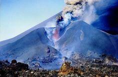 VULKANISME Pico de Fogo Deze vulkaan heet Pico de Fogo, is 2829 meter hoog en ligt op het eiland Fogo. De hoofdkrater had in 1675 zijn laatste uitbarsting, waarbij een groot deel van de bevolking het eiland verliet. Op de hellingen van de vulkaan vindt koffieteelt en wijnbouw plaats, terwijl de lava wordt gebruikt in de steenindustrie.