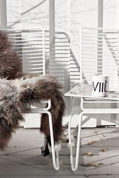 Deze loungestoel, een ontwerp van Hee Welling voor het Deense Hay, lijkt op het eerste gezicht buitenmeubilair, maar aangekleed met een kussen of een schapenvel combineert deze stoel met frisse kleurtjes ook in uw woonkamer, bibliotheek of slaapkamer.  Vanaf 157 euro.