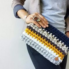 How to Finger Knit/Crochet with Loopity Loop and Bernat EZ yarn - Crochet Koala Crochet Clutch Bags, Bag Crochet, Crochet Handbags, Crochet Woman, Crochet Purses, Love Crochet, Crochet Yarn, Diy Accessoires, Finger Knitting