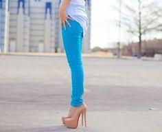 el pantalón azul es divino .
