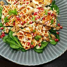 Klidmoster.dk: Vaflet halloumi med tahindressing, granatæble og v... Halloumi, Pasta Salad, Hummus, Snacks, Bag, Ethnic Recipes, Collection, Food, Crab Pasta Salad