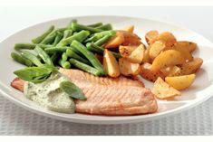 Een lekker recept. Het hoofdgerecht bevat de volgende ingrediënten: vis, olijfolie, aardappelpartjes met schil (gekruid (a 425 g)), gebroken sperziebonen (diepvries), tilapiafilets (vis), verse basilicum en crème fraîche (125 ml).