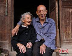 """Jak powiadają; na tym świecie nie da się ukryć trzech rzeczy: Ubóstwa, kaszlu i miłości ( """"It is said that three things cannot be hidden in this world: Poverty, cough and love."""" - źródło: """"China Daily"""" """"Bonded by love: Ordinary couples, extraordinary stories"""" ):"""