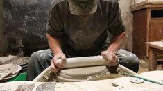 Hack de plaque de poterie - Utilisation d& tuyau en PVC pour niveler l& lors de la fabrication d& - Pottery Tools, Slab Pottery, Pottery Plates, Ceramic Pottery, Pottery Vase, Hand Built Pottery, Pottery Workshop, Pottery Studio, Pottery Lessons