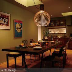 Eine gemütliche Atmosphäre wird durch Deckenfenster geschaffen, die die Küche in ein sanftes Licht tauchen. Falls es doch mal zu dunkel sein sollte, schaffen …