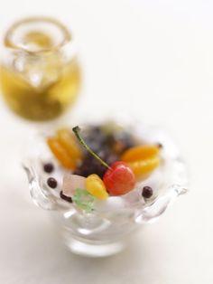 「あんみつ」は「みつ豆」に餡をのせた甘味。 ゆでた赤えんどう豆に寒天、それに餡や求肥、あんずを加え、 黒蜜やシロップをかけ、盛り合わせる具によって 数多くの種類があります。 白玉あんみつと梅酒 Anmitsu 寒天、赤えんどう豆、求肥、みかん など
