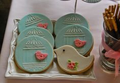 birdcage and bird biscuits made with fondant. Candy bar in soft pink and blue for kids party. Galletas con motivos de jaula y pajaritos para mesa de dulces en azul y rosa pastel con motivos de pajaritos para fiesta infantil.