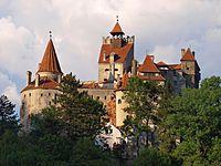 Замок был построен в конце XIV века местными жителями своими силами и за собственные средства, за что они были освобождены от уплаты налогов в казну государства в течение нескольких веков. В 1622—1625 гг. были достроены две защитные башни.  Возведенный на вершине скалы и имеющий необычную трапециевидную форму, замок Бран служил стратегической оборонной крепостью. Он имеет 4 уровня, которые соединяются лестницей. Залы и коридоры замка составляют загадочный лабиринт.