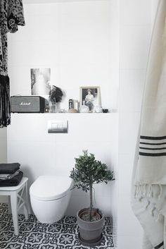 I badrum går ofta funktion före design men med små medel kan du enkelt få ditt badrum att kännas mer ombonat och personligt. Homespo...