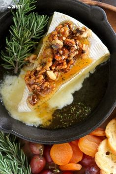 Honey, Rosemary & Walnut Baked Brie - A simple appetizer of baked brie cheese topped with honey, toasted walnuts and fresh rosemary. Serve with bread, crackers and fruit for dipping. This easy recipe is ready in about 10 minutes! Brie Appetizer, Cheese Appetizers, Yummy Appetizers, Simple Appetizers, Party Appetizers, Brie Cheese Recipes, Baked Brie Recipes, Baked Brie Honey, Queso Brie