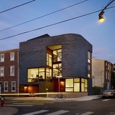 - This three-story home in Philadelphia, Pennsylvania, built by design, has made great use of split-level architecture. While some split-level ho. Architecture Design, Residential Architecture, Contemporary Architecture, Modern Contemporary, Eckhaus, Corner House, House 2, Modern Architects, Brick Facade