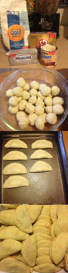Empanadas con queso philadelphia rellenas de cajeta 4-barras de mantequilla imperial, 1-queso philadelphia 4-tazas de harina blanca 1-lata de la lechera o cajeta o relleno de piña o pumpkin o de lo que mas les guste Azúcar con canela en polvo o brown sugar... Mezclas las barras de mantequilla con el queso, muy bien hasta que se unan completamente, agregas poco a poco las 4 tazas de harina hasta formar una masa,haces bolitas chiquitas, vas haciendo de 1x1 y rellenándolas con la cajeta o dulce