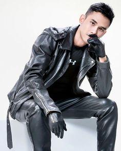 "@leatherloverbr on Instagram: ""#gayleather #gayleathermen #gayleatherfetish #gay #gayfetish #leatherman #leather #leathermen #gayleatherman #instagay #gayleatherguys…"" Boys Leather Jacket, Biker Leather, Leather Trousers, Leather Gloves, Leather Men, Gay Outfit, Leder Outfits, Asian Men, Sexy Men"