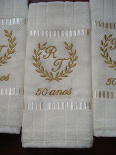 """Toalha lavabo (Döhler) personalizada Bodas (Ouro, Prata ...) + iniciais. Bordamos este mesmo modelo para outras bodas também. Ótima lembrancinha para convidados. Pedido mínimo 20 unidades. Para quantidades menores, solicite orçamento através do botão ao lado """"Contatar vendedor"""". As toa... Modern Embroidery, Hand Embroidery, Machine Embroidery, 20th Wedding Anniversary Gifts, Diy And Crafts, Arts And Crafts, Diwali Diy, Goodie Bags, Applique"""