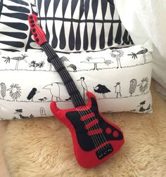 "Guitare électrique coussin-peluche ""Red Rock"", idéal cadeau pour les grands et les petits. de la boutique BoiteDeLoup sur Etsy Diy Projects To Try, Sewing Projects, Cushion Cover Designs, Animal Sewing Patterns, Sewing School, Kids Birthday Cards, Sleepover Party, Sewing Pillows, Kids Pillows"