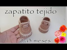 crochet baby shoes Crochet baby shoes always looks very lovely. Today you have a perdect chance to make cute baby shoes for your baby girl or boy. This crochet video tutorial is exce Crochet Pig, Crochet Baby Boots, Crochet Sandals, Crochet Shoes, Crochet Slippers, Baby Sandals, Baby Booties, Diy Crafts Crochet, Cute Baby Shoes