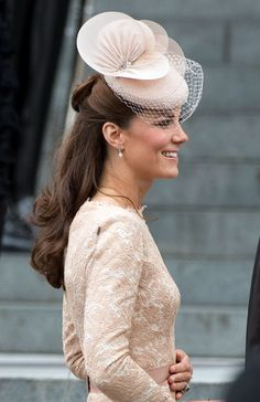 Duchess Catherine Wears a Mini-Bun in Her Hair, Whole World Swoons kate spiffing up the half up/half down style with a mini bun Kate Middleton Outfits, Style Kate Middleton, Kate Middleton Embarazada, Duchesse Kate, Princesse Kate Middleton, Posh Girl, Glamour, Princess Kate, Real Princess