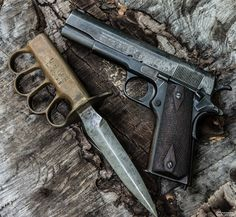 Trench knife and Colt The Colt 1911 is around for more than 100 years already. Weapons Guns, Guns And Ammo, Airsoft, Aigle Animal, Trench Knife, Colt 1911, Demon Hunter, World War I, Apocalypse