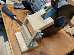 Bench Grinder Tool Rest Bench Grinder Tool Rest The post Bench Grinder Tool Rest appeared first on Pinova - Woodworking Wood Tools, Diy Tools, Woodworking Workbench, Woodworking Projects, Woodworking Furniture, Woodworking Classes, Easy Woodworking Ideas, Woodworking Beginner, Workbench Plans