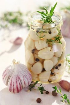 Conserve d'ail confit aux herbes - The Best Bariatric Soft Recipes Pickled Garlic, Meals In A Jar, Fresh Herbs, Diy Food, Raw Food Recipes, Pickles, Tapas, Food And Drink, Homemade
