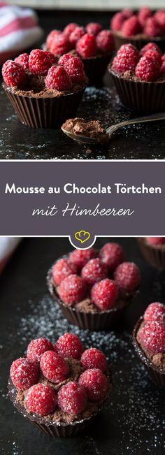 Mit fruchtigem Himbeerpürree verfeinert, macht es sich die luftige Mousse hier in einem schicken Schokoladenschälchen bequem.