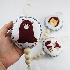 LAPAY – Hrkálka. Každý malý lapaj potrebuje svoju hrkálku. Hračka je určená pre naše najmenšie detičky. Je akurát do detskej ručičky a pomôže aj pri prerezávaní zúbkov. Hrkálku je možné zavesiť. Podporuje jemnú motoriku, sluchové aj hmatové vnemy. Oeko Tex 100, Christmas Ornaments, Holiday Decor, Home Decor, Decoration Home, Room Decor, Christmas Jewelry, Christmas Decorations, Home Interior Design