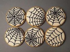 Spider Web cookies for Halloween. Visit for cookie decorating tutorials! Halloween Desserts, Postres Halloween, Halloween Cookies Decorated, Halloween Party Snacks, Halloween Sugar Cookies, Theme Halloween, Halloween Goodies, Halloween Cupcakes, Decorated Cookies