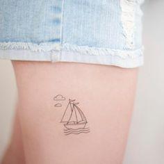 tattoo ideen kleines tattoo mit boot schiff auf dem oberschenkel wolden meer wasser tolle idee
