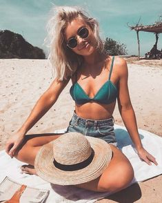 Beach vibes @ibrunaneves.dng Mode Hipster, Photo Lovers, Beach Photography Poses, Fashion Photography, Fitness Photography, Abstract Photography, Beach Vibes, Summer Vibes, Summer Beach