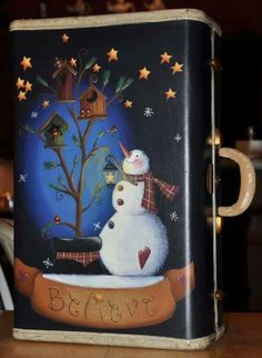 Believe Snowman Suitcase por ToleHouseTreasures en Etsy Snowman Crafts, Christmas Projects, Holiday Crafts, Arte Country, Pintura Country, Painted Suitcase, Christmas Snowman, Christmas Ornaments, Old Suitcases