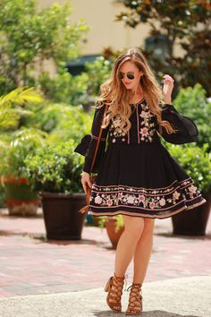 French connection embroidered dress embroidered stuff boho o Boho Outfits, Spring Outfits, Trendy Outfits, Look Fashion, Trendy Fashion, Womens Fashion, Fashion Trends, Fashion Blogs, Trendy Style