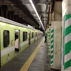 何気ない下北沢駅 下り線ホーム。何気ないけど、ここで沢山の出会いや出来事があった。いま、色々と思い出す。今日も大切な友人たちを見送りながら… パチリ☆ #シモチカ Photo by ganpoe