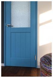 古くもなく新しくもない。水性塗料を標準採用。マットで手作り感・素材感がさらにあふれる木製ドア。どのカラーを選んでも抜群のカラーコーディネート。新しいのに懐かしい、最新のトレンドカラー 木製ドアです。